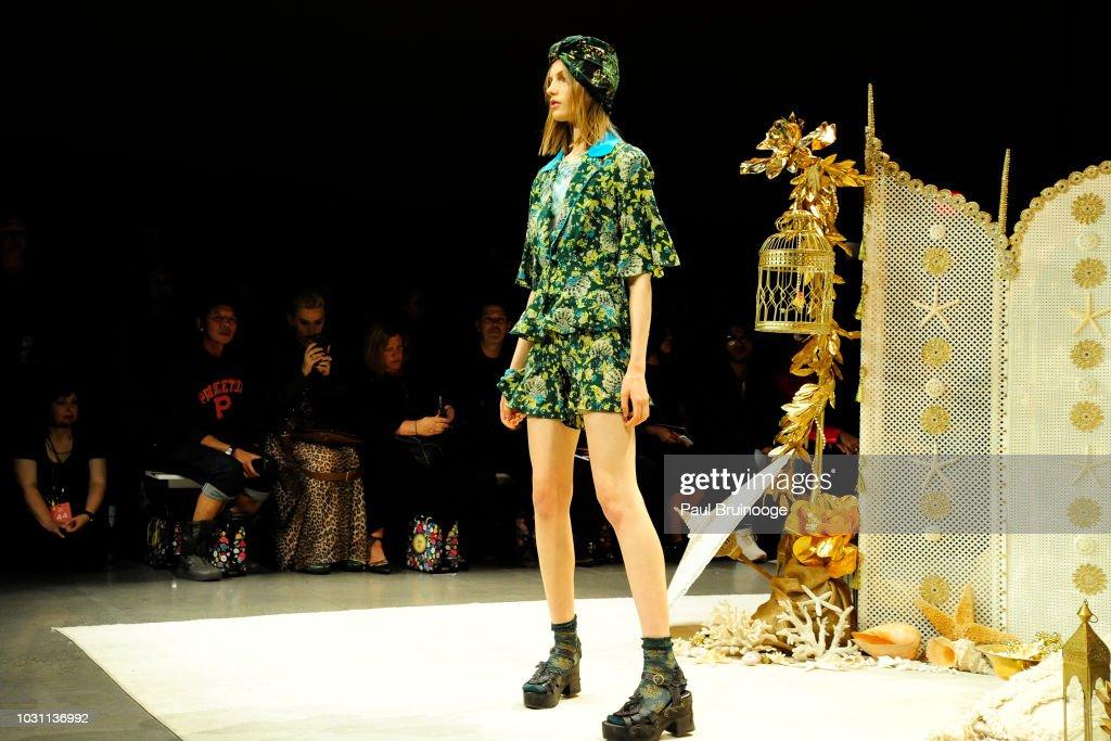 Anna Sui - September 2018 - New York Fashion Week : News Photo