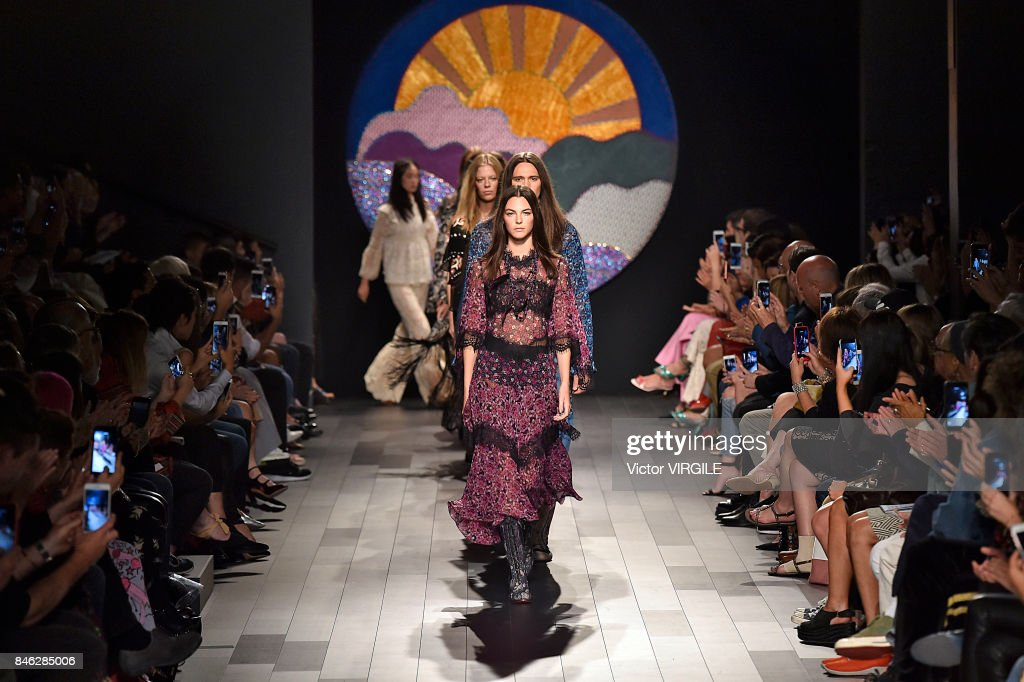 Anna Sui - Runway - September 2017 - New York Fashion Week : ニュース写真