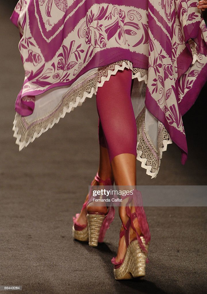 Anna Sui Spring 2006 - Runway : News Photo