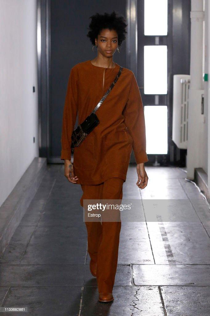 A.P.C : Runway - Paris Fashion Week Womenswear Fall/Winter 2019/2020 : ニュース写真