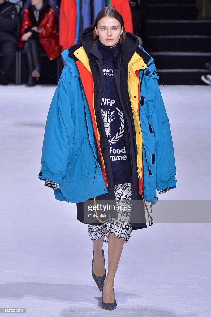 Balenciaga - Runway RTW - Fall 2018 - Paris Fashion Week : News Photo