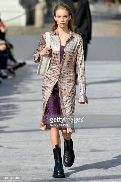 A model walks the runway at the Bottega Veneta Ready to Wear Fall/Winter 20192020 fashion show at Milan Fashion Week Autumn/Winter 2019/20 on...