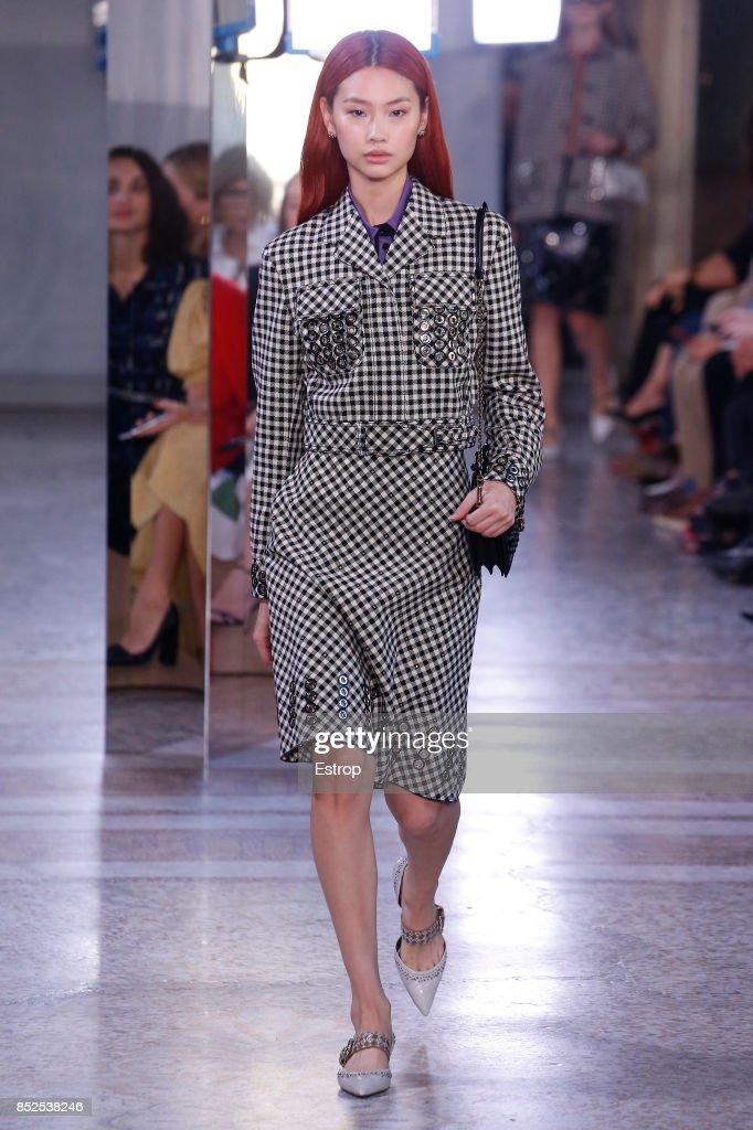 Bottega Veneta - Runway - Milan Fashion Week Spring/Summer 2018 : ニュース写真
