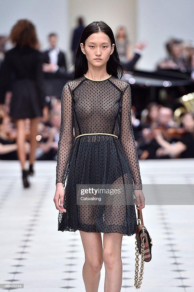 Burberry Prorsum - Runway RTW - Spring 2016 - London Fashion Week : News Photo