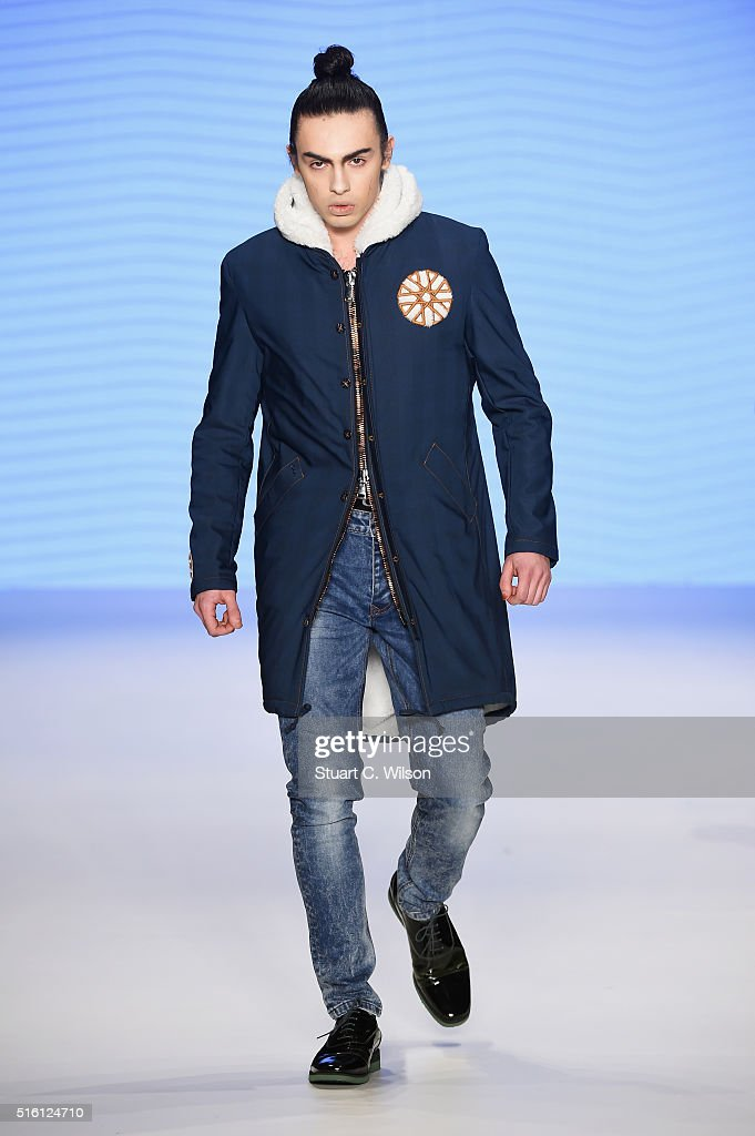 Can Yunus Cetinkaya Runway - Mercedes-Benz Fashion Week Istanbul Autumn/Winter 2016 : Fotografía de noticias