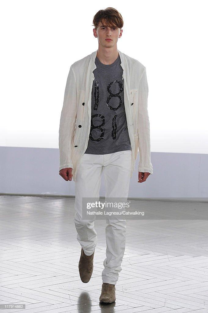 Cerruti - Mens Spring 2012 Runway - Paris Menswear Fashion Week : News Photo