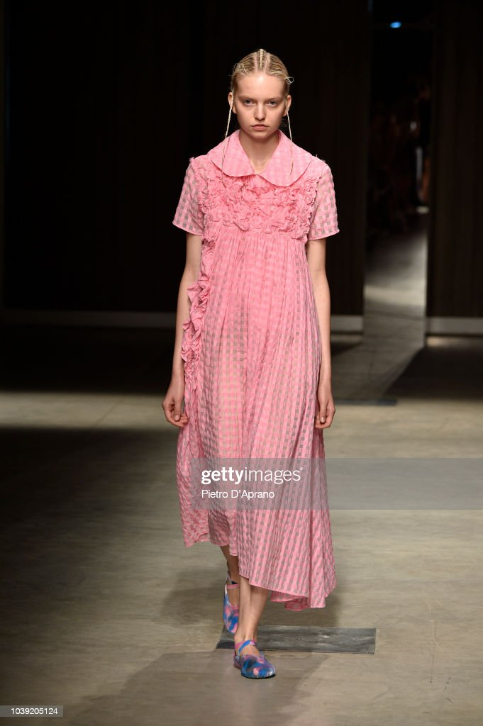 model-walks-the-runway-at-the-chika-kisada-show-during-milan-fashion-picture-id1039205124