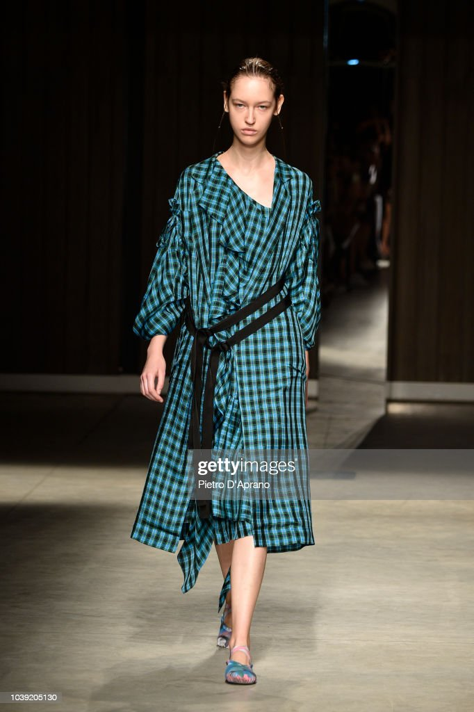 model-walks-the-runway-at-the-chika-kisada-show-during-milan-fashion-picture-id1039205130