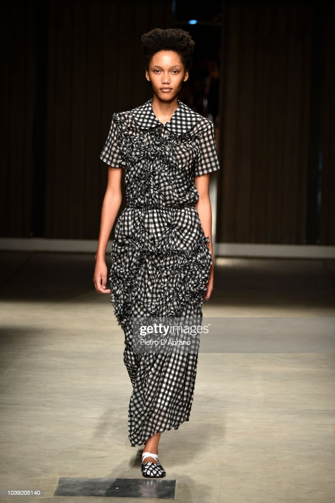 model-walks-the-runway-at-the-chika-kisada-show-during-milan-fashion-picture-id1039205140