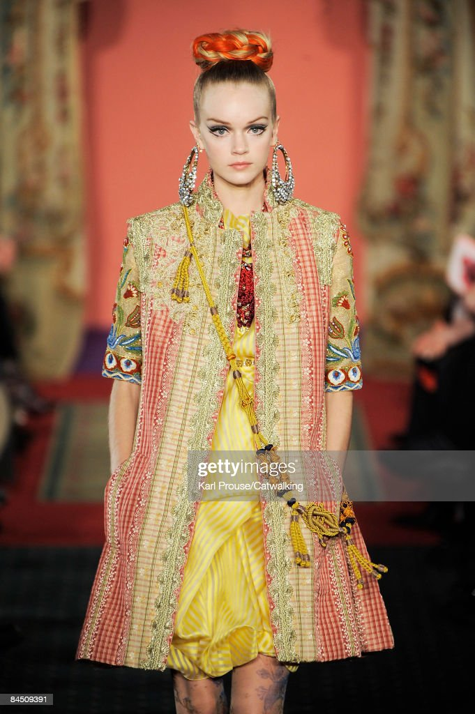 Photos et images de Christian Lacroix: Paris Fashion Week ...