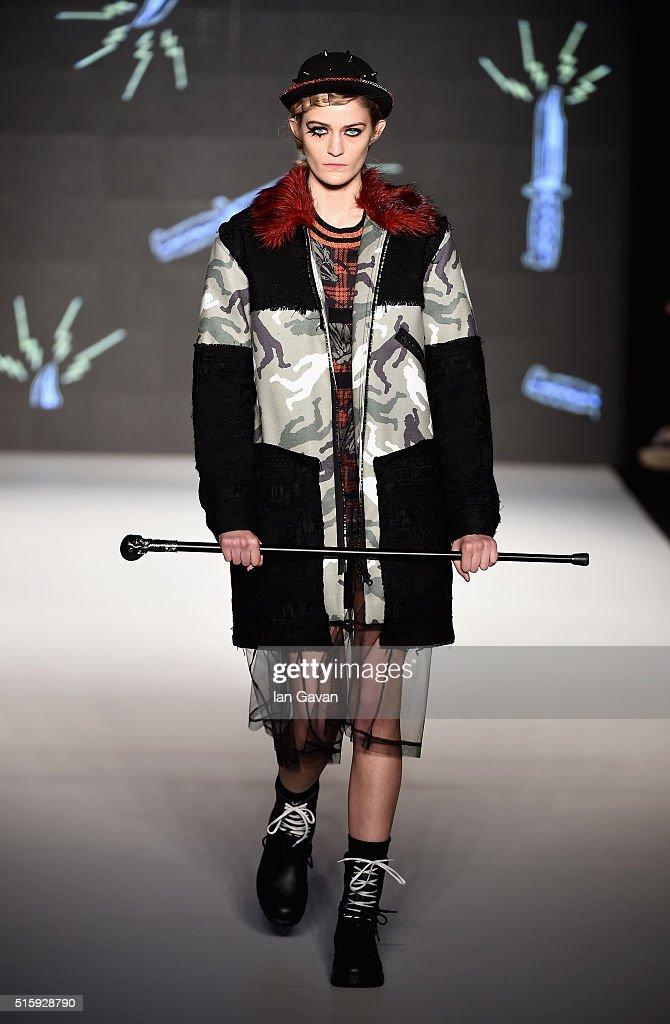 DB Berdan Runway - Mercedes-Benz Fashion Week Istanbul Autumn/Winter 2016 : Fotografía de noticias