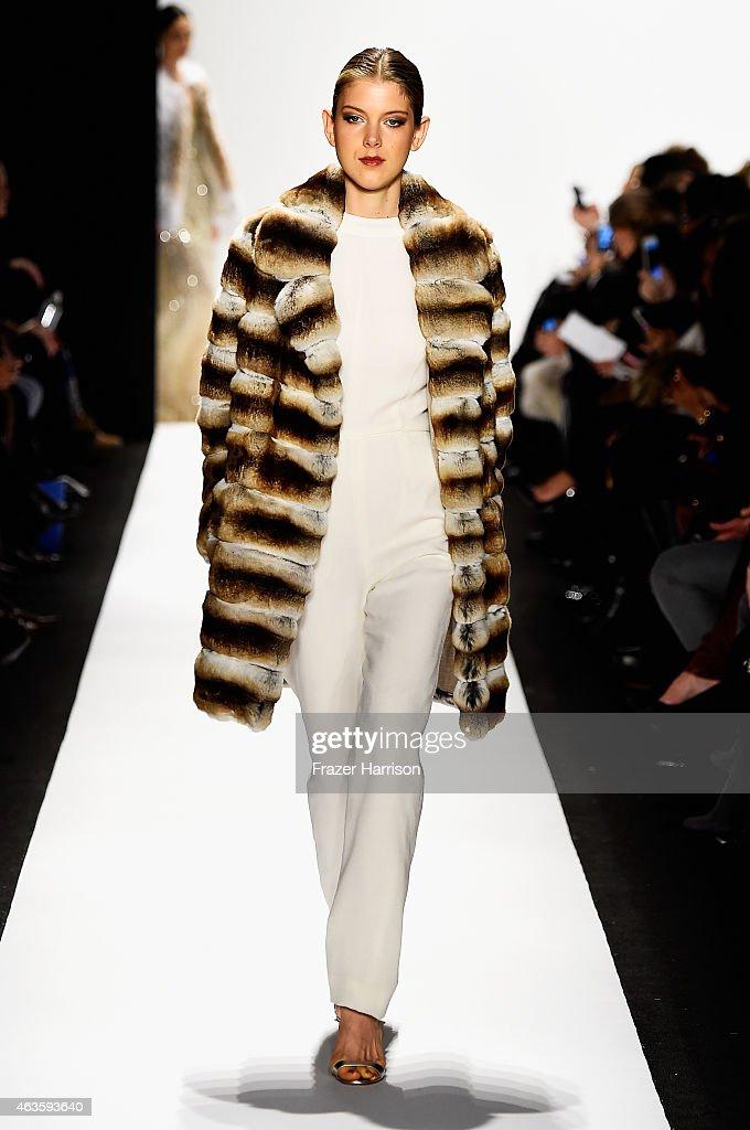 Dennis Basso - Runway - Mercedes-Benz Fashion Week Fall 2015 : Foto jornalística