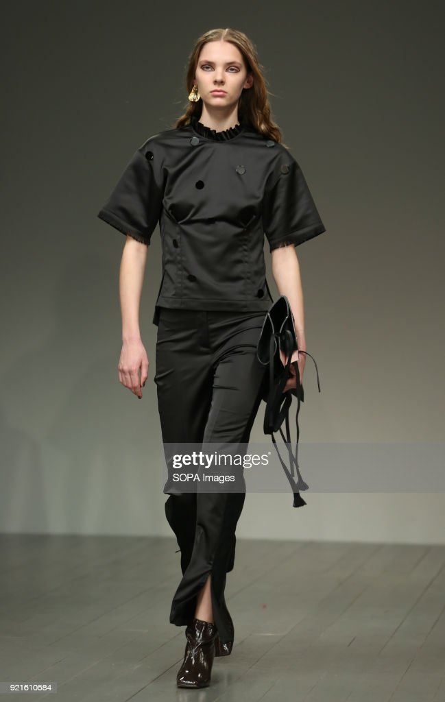 A model walks the runway at the Eudon Choi Show during... : Nachrichtenfoto