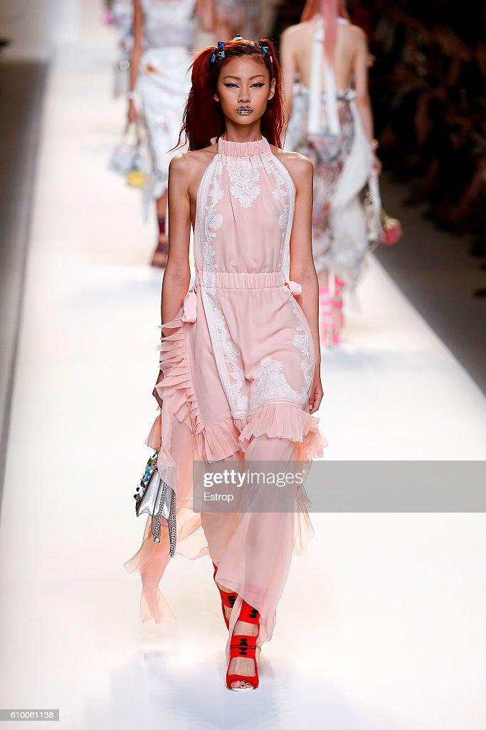 Fendi - Runway - Milan Fashion Week SS17 : News Photo