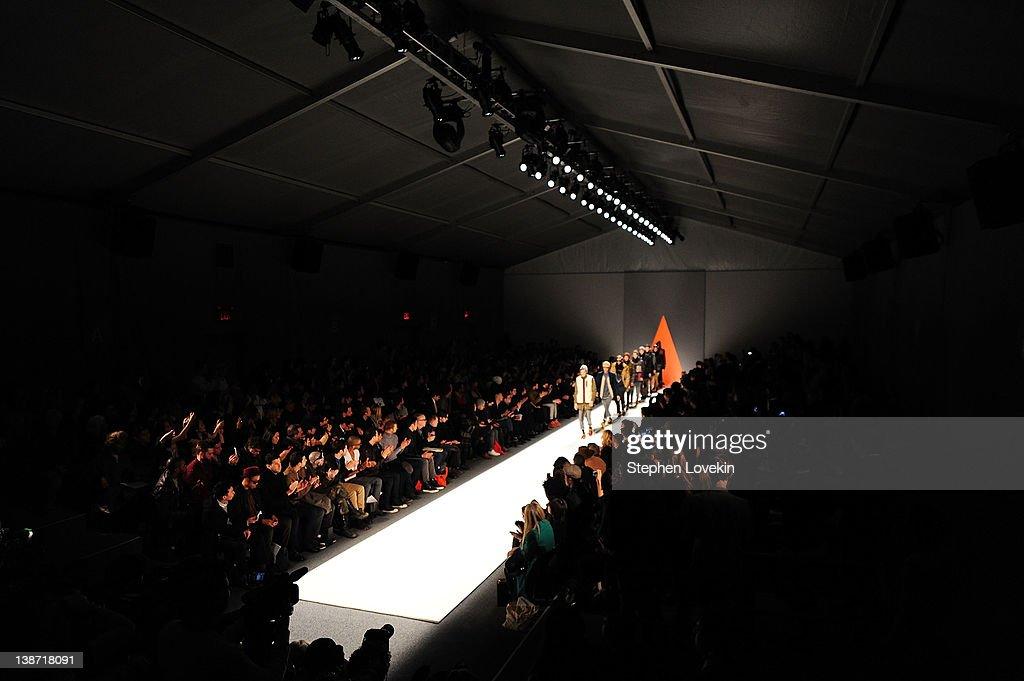 Seen Around Lincoln Center - Day 2 - Fall 2012 Mercedes-Benz Fashion Week : News Photo