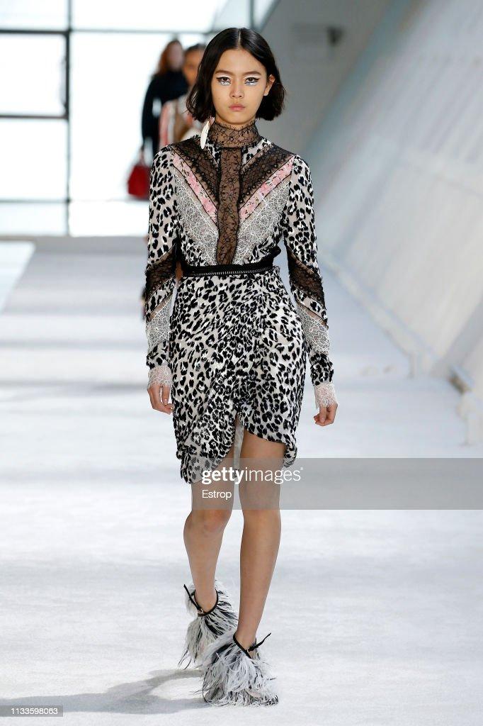Giambattista Valli : Runway - Paris Fashion Week Womenswear Fall/Winter 2019/2020 : ニュース写真