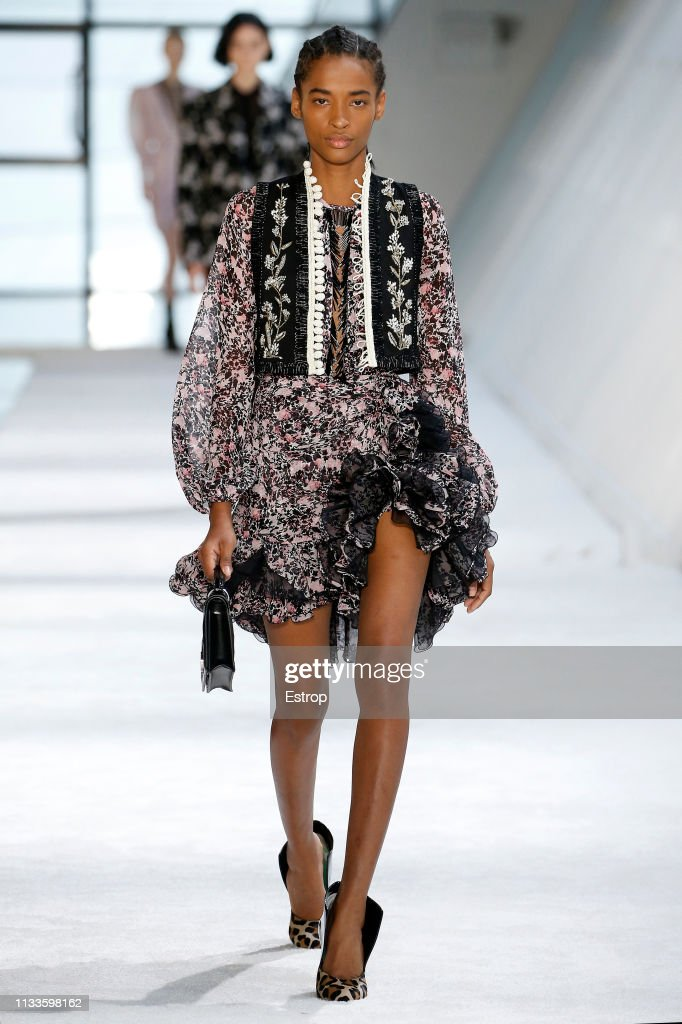 Giambattista Valli : Runway - Paris Fashion Week Womenswear Fall/Winter 2019/2020 : News Photo