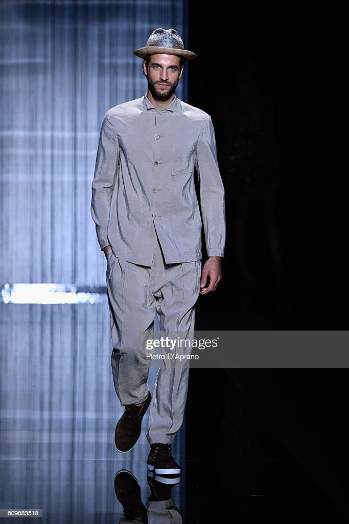 Giorgio Armani - Runway - Milan Fashion Week SS17 : News Photo