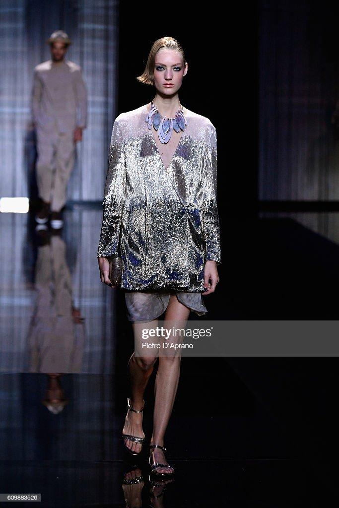 Giorgio Armani - Runway - Milan Fashion Week SS17 : News Photo