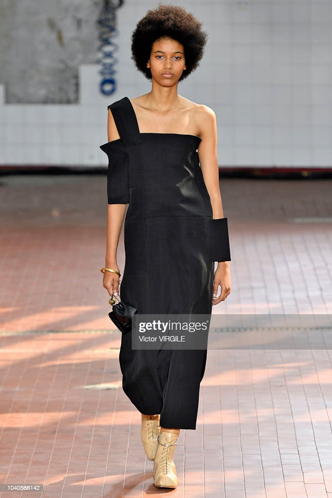 model-walks-the-runway-at-the-jil-sander-ready-to-wear-fashion-show-picture-id1040586142