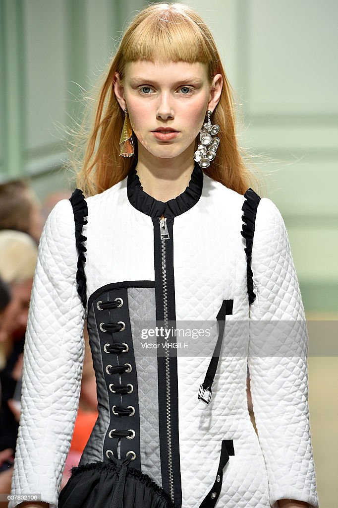 JW Anderson - Runway - LFW September 2016 : News Photo
