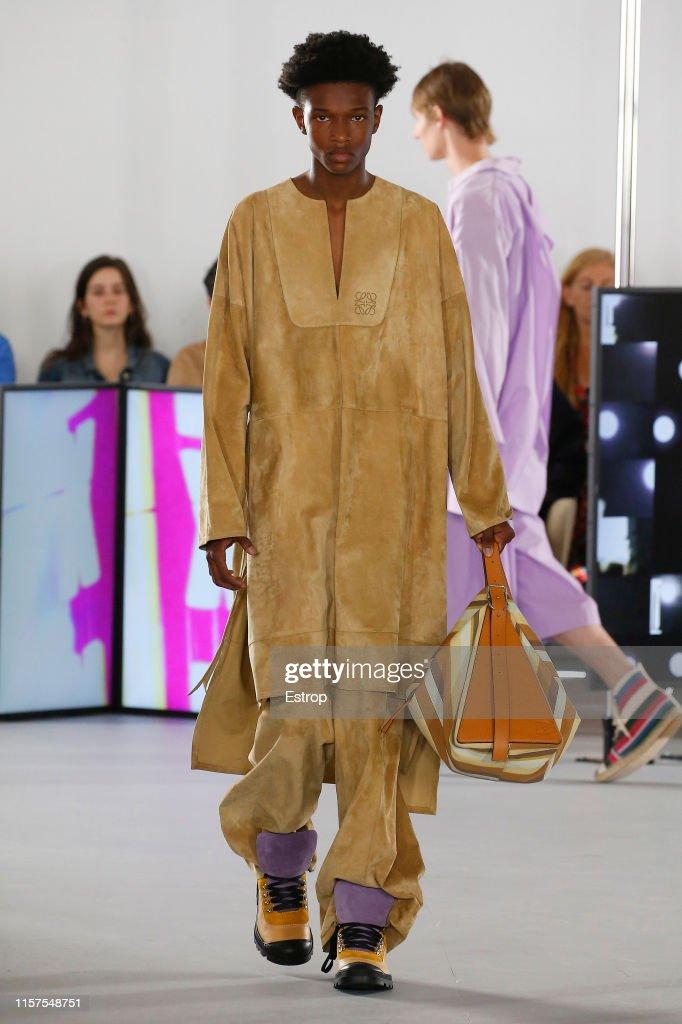 Loewe : Runway - Paris Fashion Week - Menswear Spring/Summer 2020 : ニュース写真