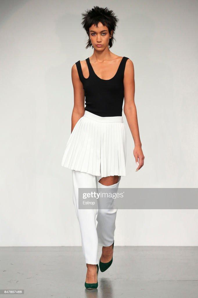 Marta Jakubowski - Runway - LFW September 2017 : News Photo