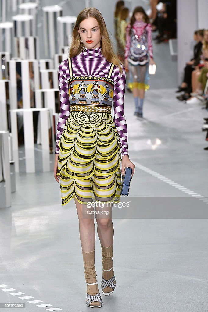 Mary Katrantzou - Runway RTW - Spring 2017 - London Fashion Week : News Photo