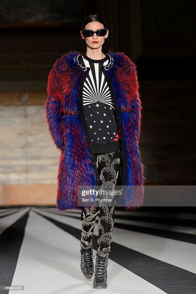 Matthew Williamson: Runway - London Fashion Week AW14 : News Photo