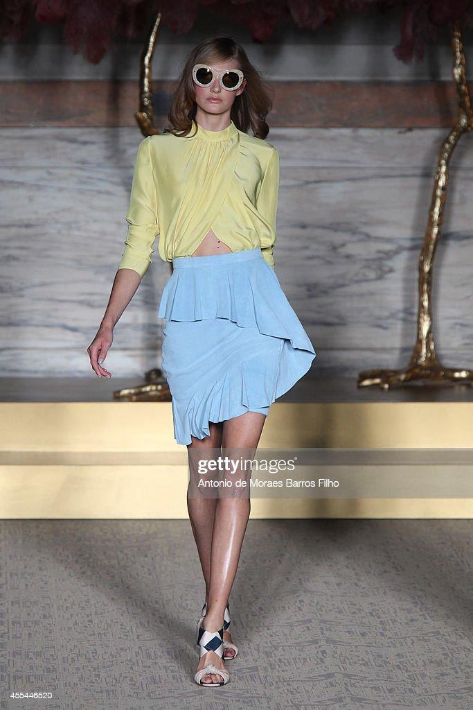 Matthew Williamson: Runway - London Fashion Week SS15 : News Photo