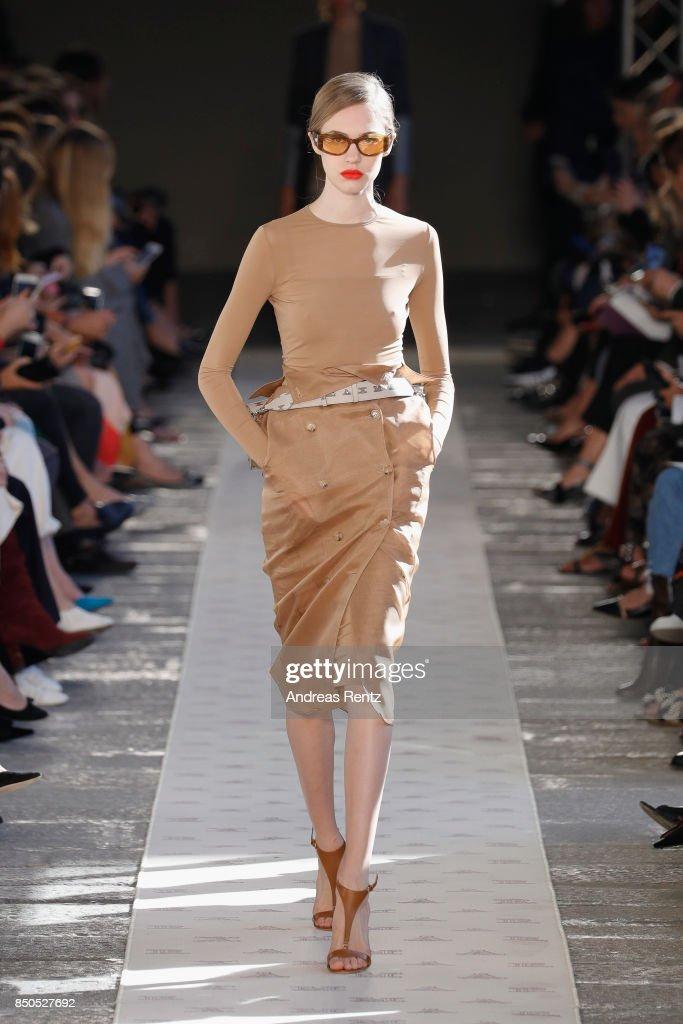 Max Mara - Runway - Milan Fashion Week Spring/Summer 2018 : ニュース写真