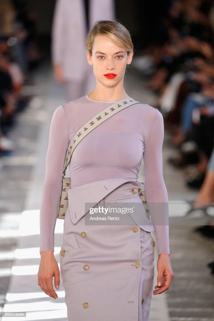 Max Mara - Runway - Milan Fashion Week Spring/Summer 2018 : News Photo