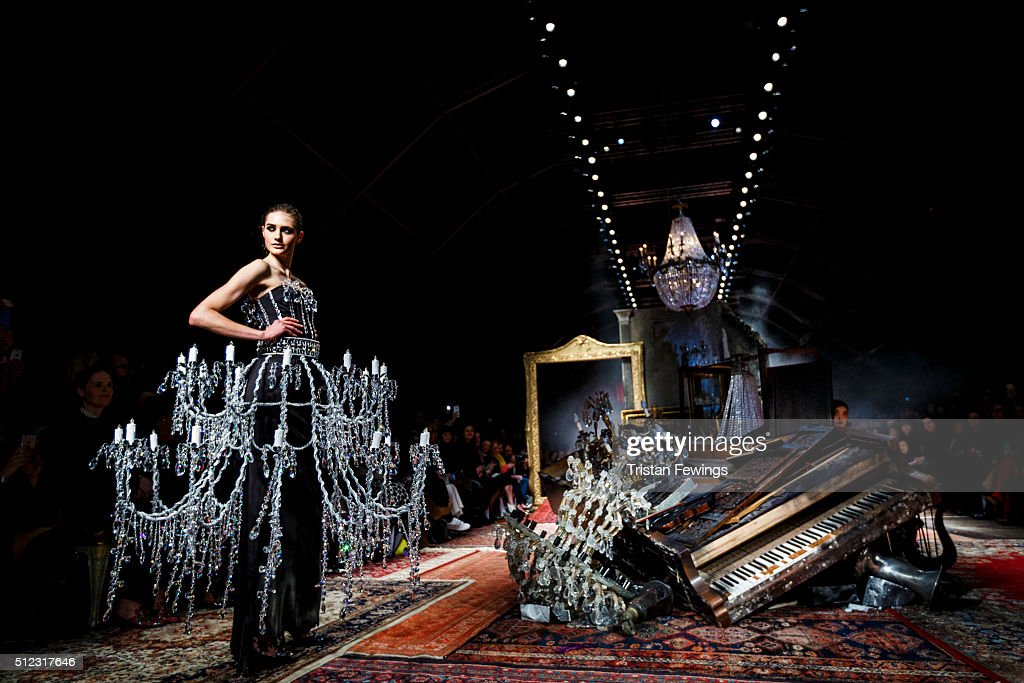 Moschino - Runway - Milan Fashion Week FW16 : News Photo