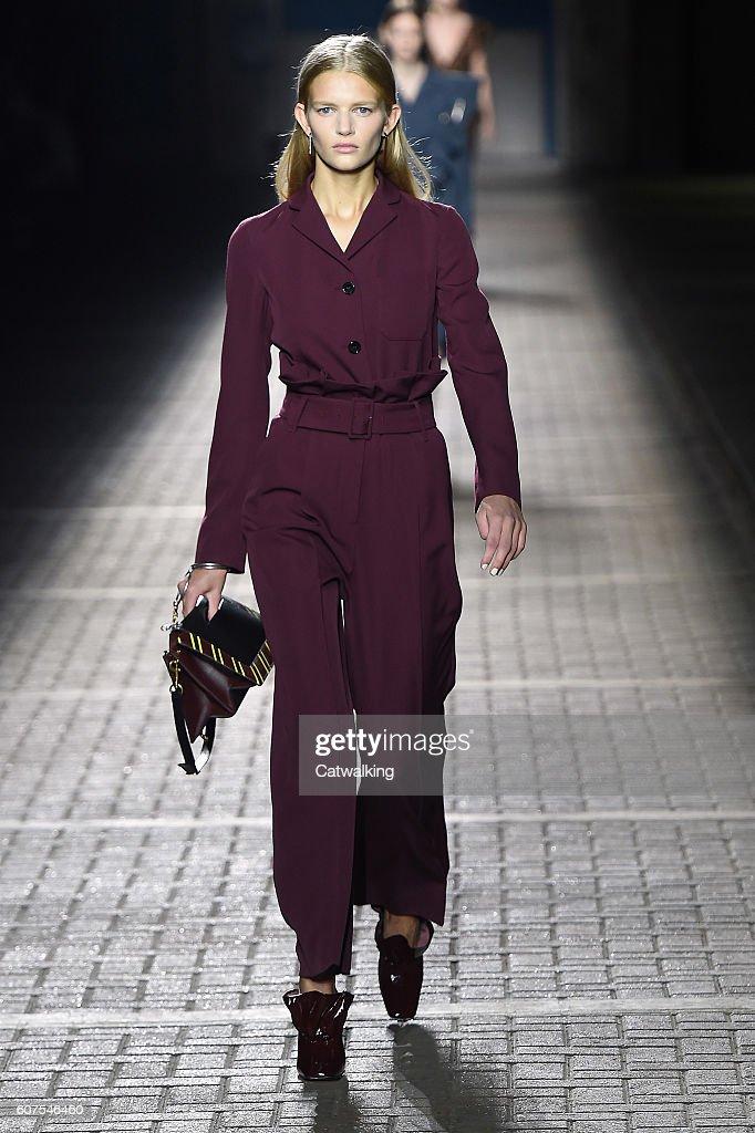 Mulberry - Runway RTW - Spring 2017 - London Fashion Week : News Photo