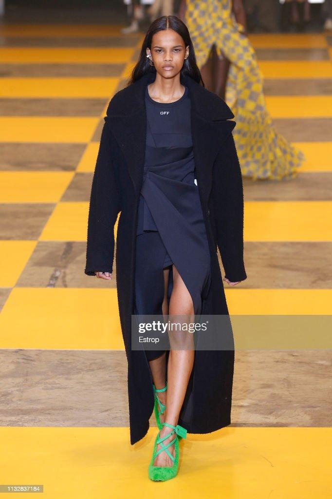 Off-White : Runway - Paris Fashion Week Womenswear Fall/Winter 2019/2020 : News Photo