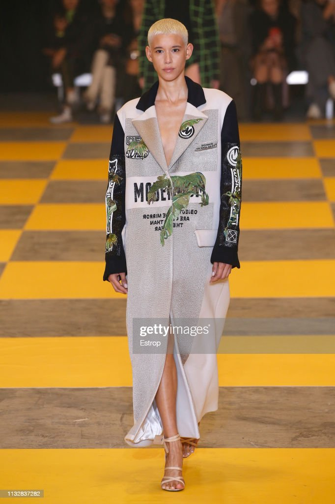 Off-White : Runway - Paris Fashion Week Womenswear Fall/Winter 2019/2020 : ニュース写真