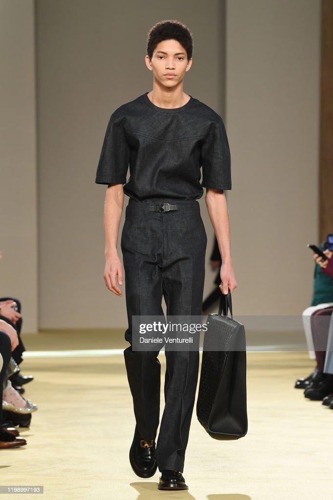 Calma Unidad Dispuesto  A model walks the runway at the Salvatore Ferragamo fashion show on... News  Photo - Getty Images