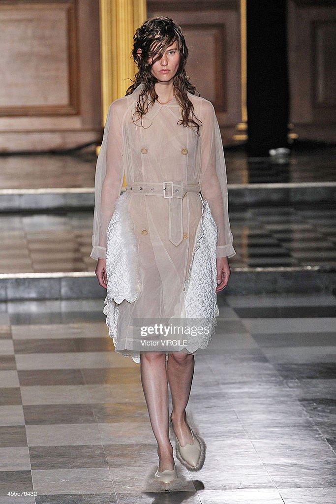 Simone Rocha: Runway - London Fashion Week SS15 : News Photo