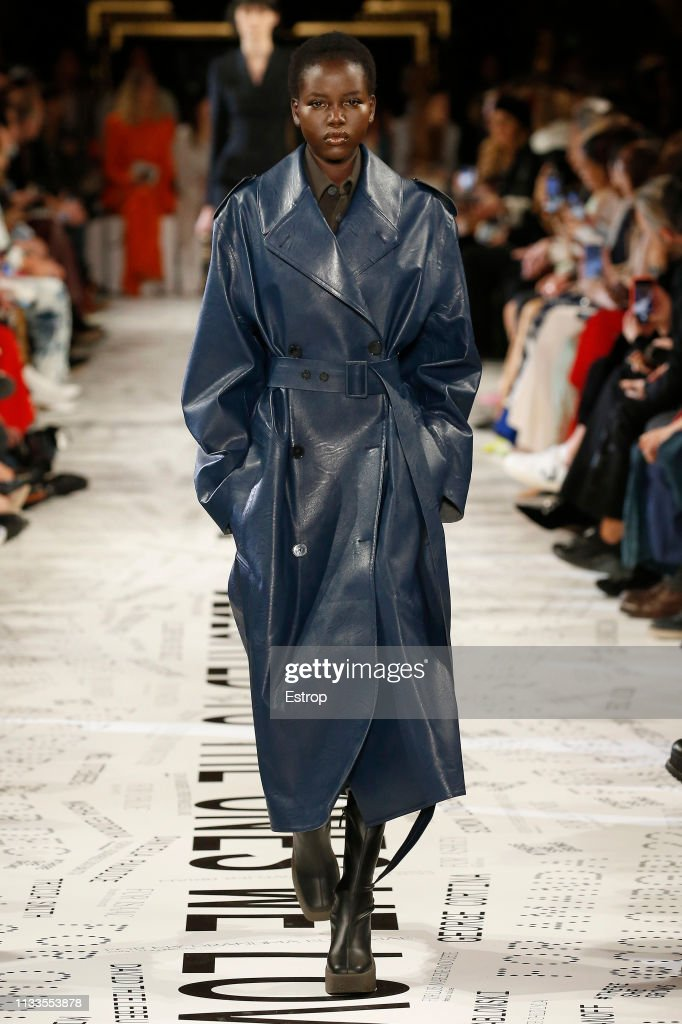 Stella McCartney : Runway - Paris Fashion Week Womenswear Fall/Winter 2019/2020 : News Photo