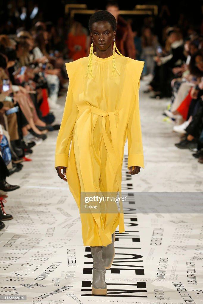 Stella McCartney : Runway - Paris Fashion Week Womenswear Fall/Winter 2019/2020 : News Photo