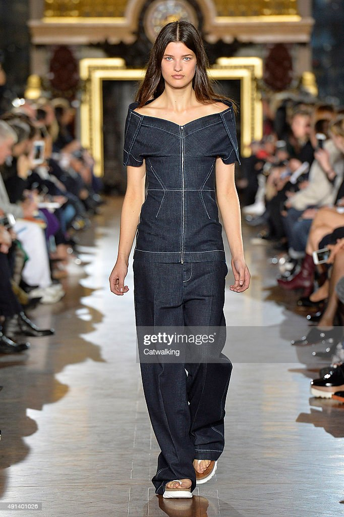 Stella McCartney - Runway RTW - Spring 2016 - Paris Fashion Week : News Photo