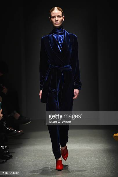 A model walks the runway at the Sudi Etuz show during the MercedesBenz Fashion Week Istanbul Autumn/Winter 2016 at Zorlu Center on March 17 2016 in...