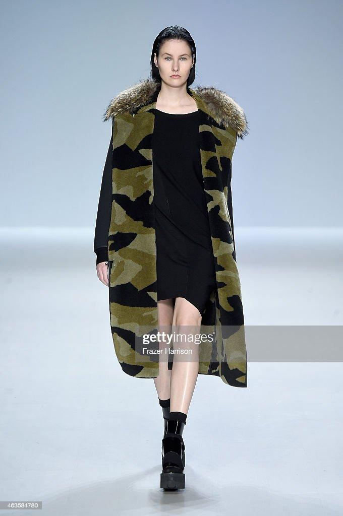 Taoray Wang - Runway - Mercedes-Benz Fashion Week Fall 2015 : News Photo