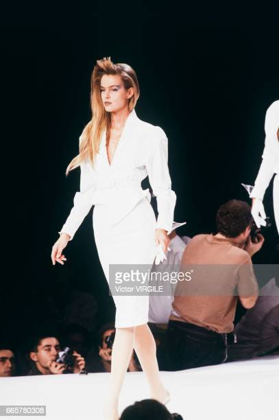 A model walks the runway at the Thierry Mugler Ready to Wear Spring/Summer 1989 fashion show during the Paris Fashion Week in October 1988 in Paris...
