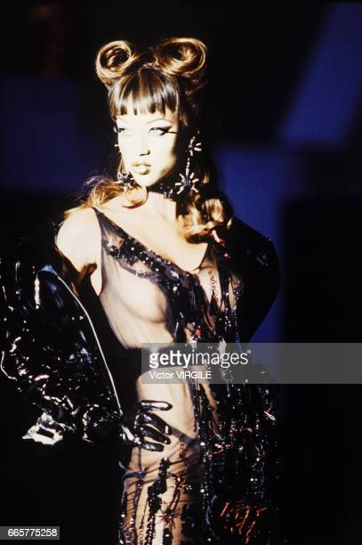 A model walks the runway at the Thierry Mugler Ready to Wear Spring/Summer 1993 fashion show during the Paris Fashion Week in October 1992 in Paris...