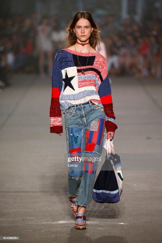 Tommy Hilfiger - Runway - New York Fashion Week Fall/Winter2017/18 : News Photo