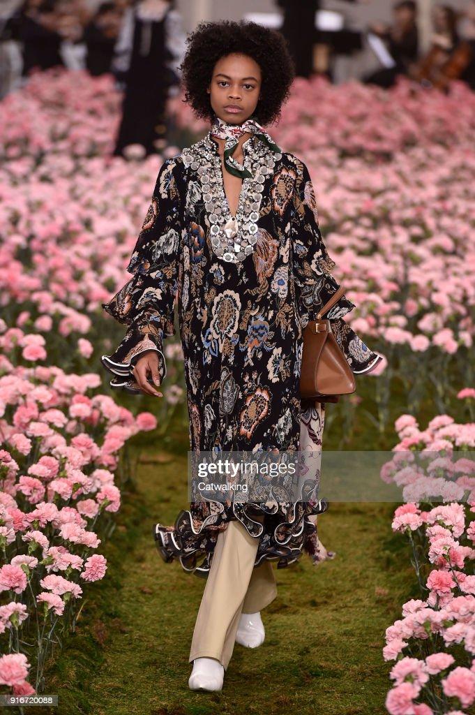 Tory Burch - Runway RTW - Fall 2018 - New York Fashion Week : Fotografía de noticias