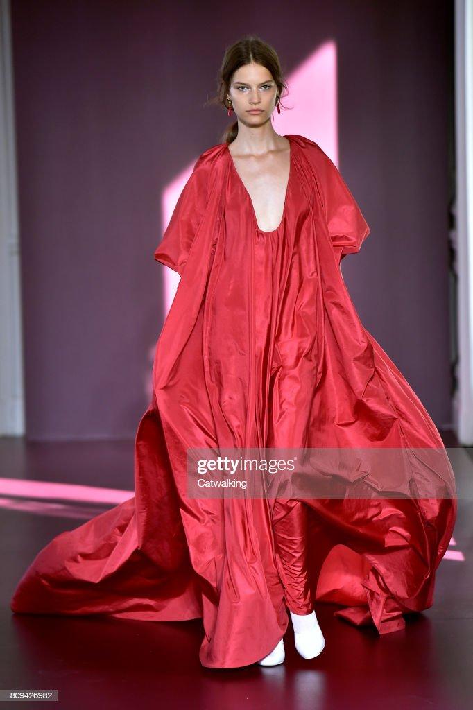 Valentino - Couture Fall 2017 Runway - Paris Haute Couture Fashion Week : News Photo