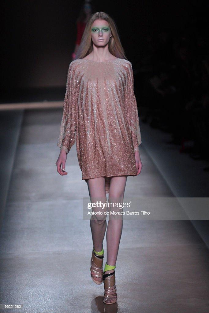 Valentino - Paris Fashion Week Haute Couture S/S 2010 : Nieuwsfoto's