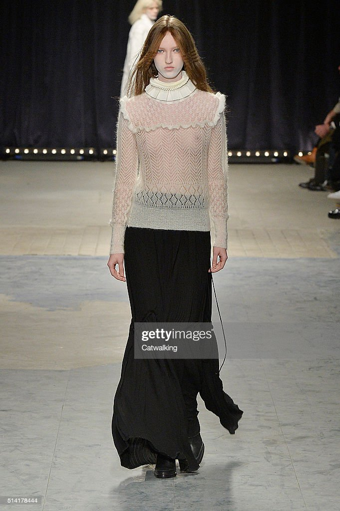 Veronique Branquinho - Runway RTW - Fall 2016 - Paris Fashion Week : News Photo